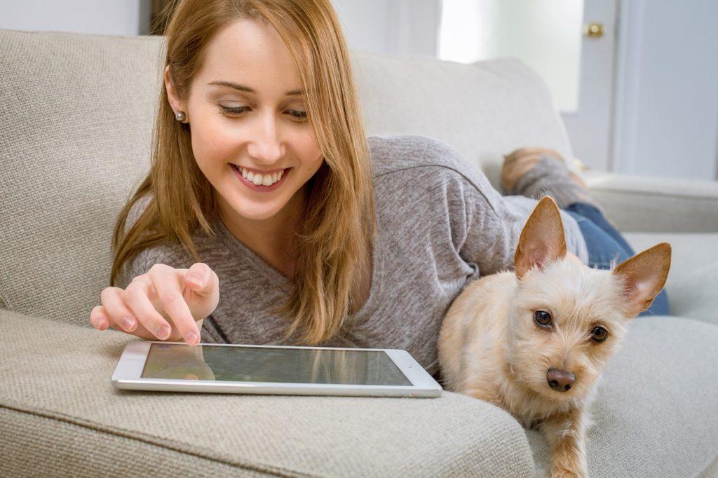 Frau mit Hund und Tablet